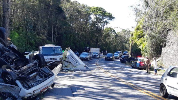 Fotos e vídeos: colisão com 8 veículos deixa feridos e interdita trecho da BR-282 em SC