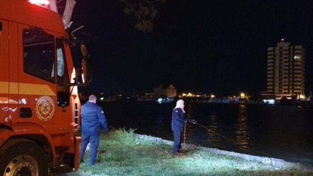 Mãe mata o filho de 7 anos, coloca o corpo em uma mala e joga no rio