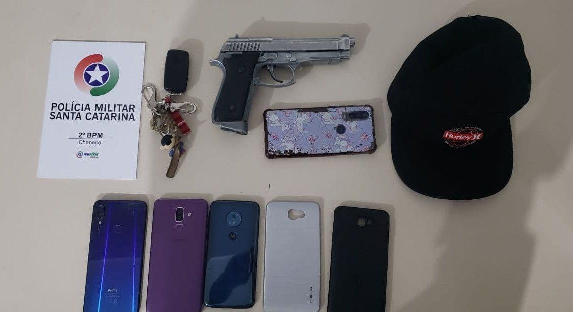 Mulher é assaltada e tem seu veículo e objetos pessoais roubados em Chapecó