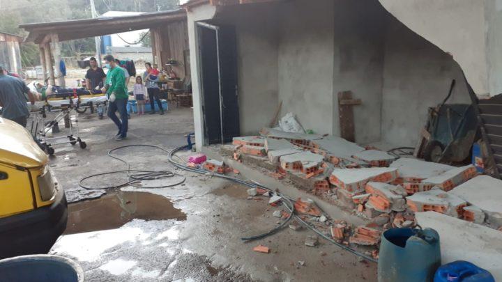 Homem é atropelado e prensado contra parede em posto de lavagem na cidade de Coronel Freitas