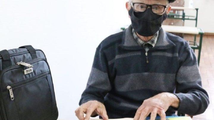 """""""Serei um bom aluno"""" diz idoso de 81 anos ao voltar a estudar em SC"""