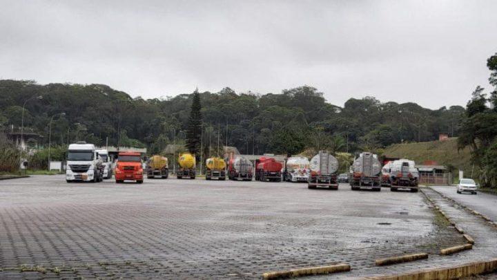 URGENTE: Caminhoneiros bloqueiam base de distribuição de combustível em SC