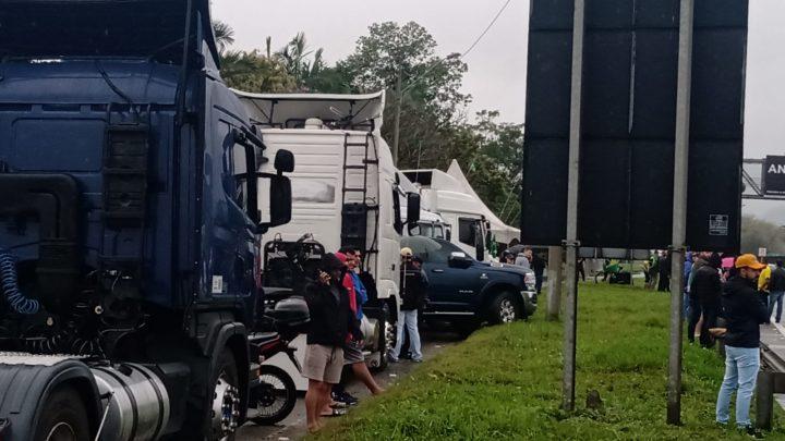 Rodovias de SC têm pontos de bloqueio com manifestação de caminhoneiros