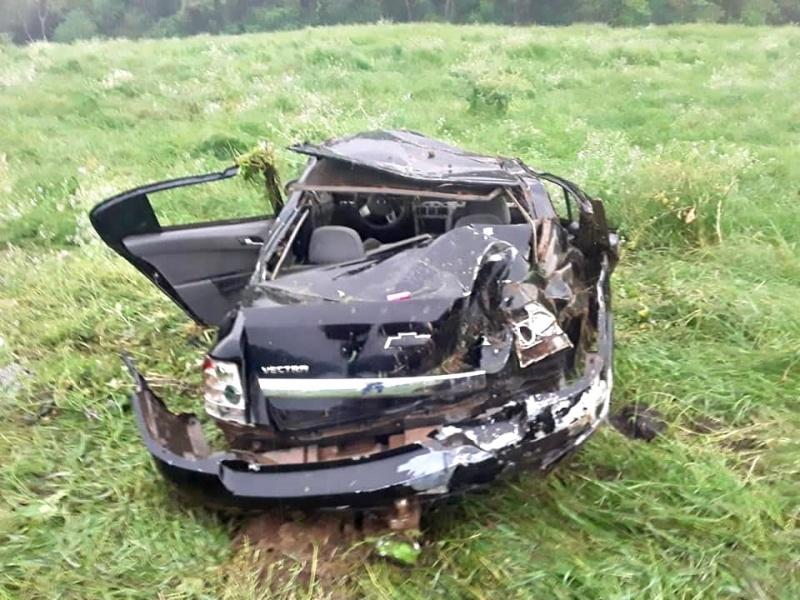 Veículo fica completamente destruído após capotamento na BR-153