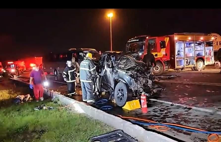Acidente entre caminhonete e micro-ônibus com atletas de vôlei na BR-282 deixa mortos em SC