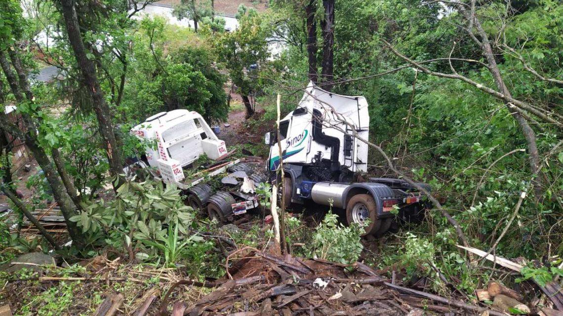Guincho carregado com caminhão sai da pista e cai em ribanceira na SC 157