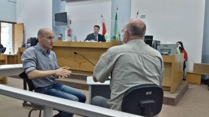 Intérprete de Libras traduz para réu condenação de 18 anos por homicídio em Chapecó