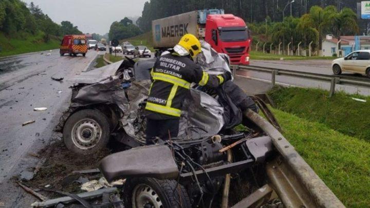 Vídeo: grave acidente entre quatro veículos deixa uma pessoa morta na BR-116