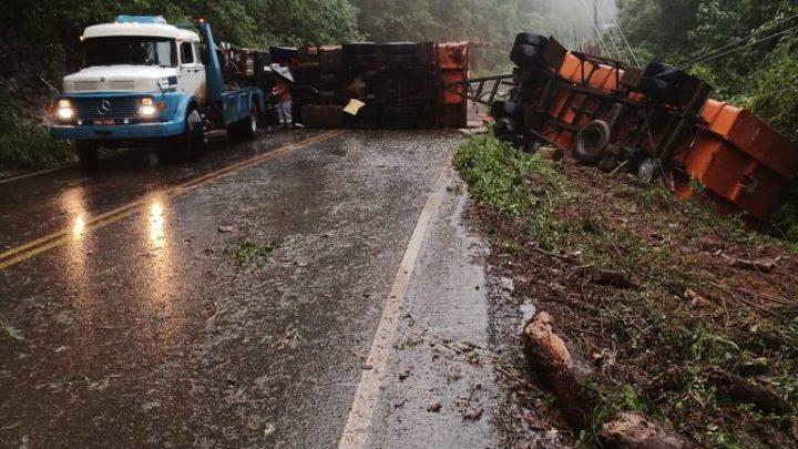 Caminhão atinge poste e tomba na SC 355 em Iomerê
