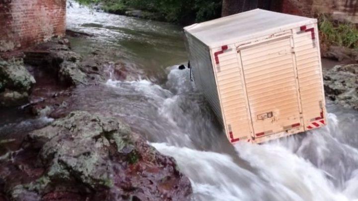Caminhão baú cai de ponte no RS