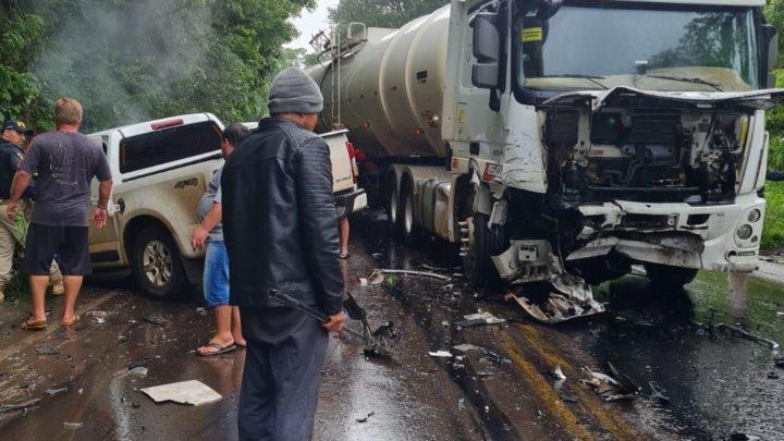 Grave acidente envolve carreta e caminhonete na BR-282