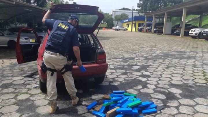 PRF flagra cerca de 50 kg de maconha em porta-malas de automóvel na BR 480 em Chapecó