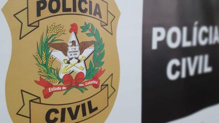 Padrasto é preso suspeito de estuprar enteada com deficiência física e mental em SC