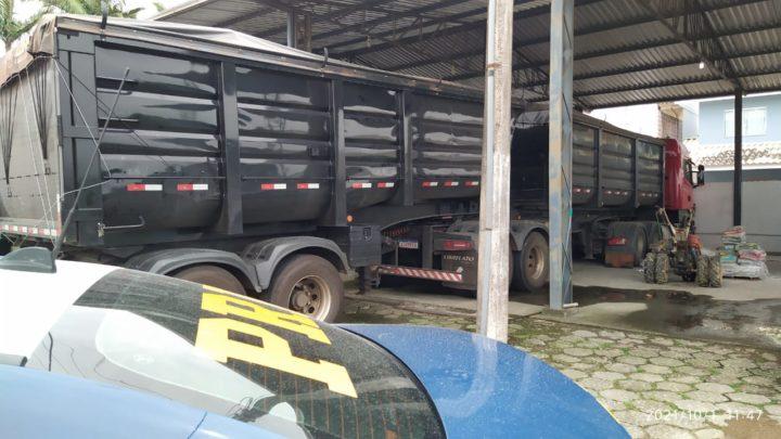 Vídeos: ação conjunta PRF e PF apreende grande quantidade de maconha em carreta na BR 101 em SC