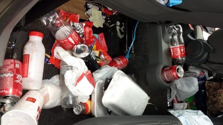 Pai transporta filho em meio a lixo e drogas em SC